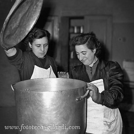 Ando Gilardi, lavoratrici addette alla mensa dello stabilimento Pignone in lotta, 1954 ©Fototeca Gilardi