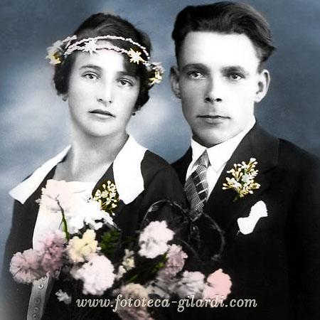Coppia di sposi con bouquet di fiori, 1940 circa - elaborazione ©Fototeca Gilardi