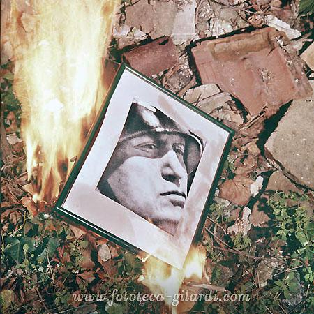25 luglio 1943, si bruciano i ritratti di Mussolini - elaborazione ©Fototeca Gilardi