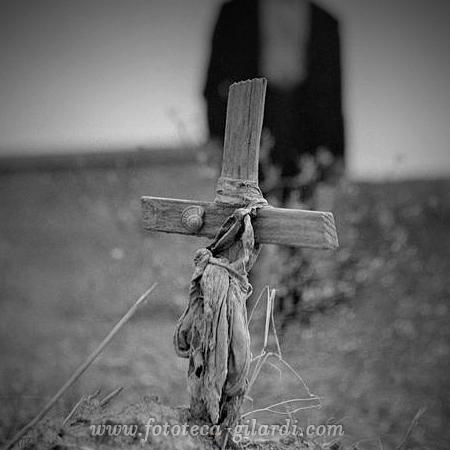 croce di legno posta sulla tomba di bracciante ucciso, strage di Melissa 24 ottobre 1949 Fotografia di Ando Gilardi ©Fototeca Gilardi