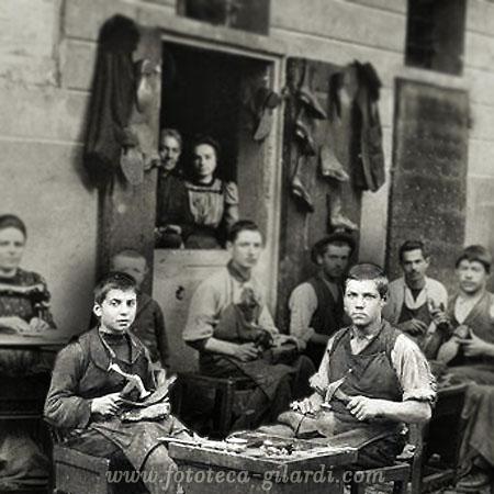 La bottega del calzolaio,  fotografia del 1897 elaborazione ©Fototeca Gilardi