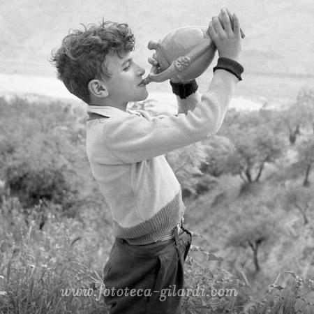 """Grottole (Matera) si beve dall'anfora con """"segreto"""" antico sistema per razionare l'acqua, foto Ando Gilardi ©Fototeca Gilardi"""