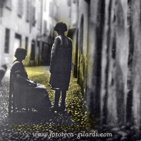Prostitute davanti alla porta della casa, 1900 circa - elaborazione ©Fototeca Gilardi