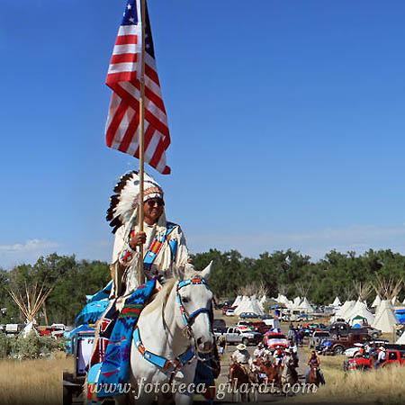 bandiera americana portata in rassegna da un nativo americano alla Fiera Crow, Billings, Montana Foto Raffaella Milandri ©Fototeca Gilardi/Milandri