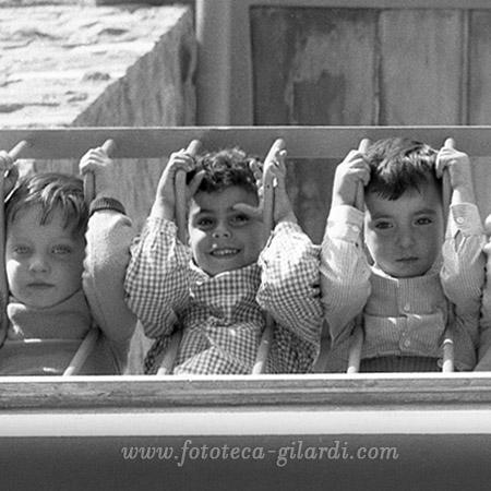 bambini e bambine al balcone di scuola. Fotografia di Ando Gilardi, Roma circa 1952 ©Fototeca Gilardi