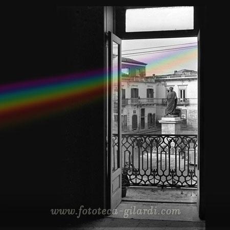 Veduta della piazza dal balcione, fotografia di Ando Gilardi, Venosa 1956 - Elaborazione ©Fototeca Gilardi