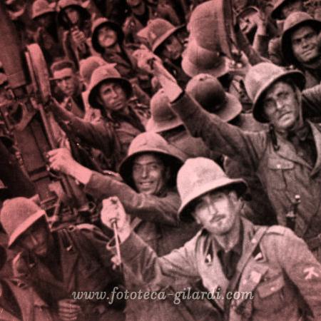 Colonialismo Italia - Africa Orientale - Il giuramento del pugnale delle Camicie Nere, 1935 - elaborazione ©Fototeca Gilardi
