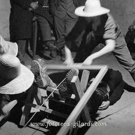 Rito di mezza quaresima del mondo contadino Sega la Vecchia Fotografia di Ando Gilardi 1958  ©Fototeca Gilardi