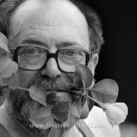 Ando Gilardi (1921-2012) ritratto con la rosa bianca, 1982 circa ©Fototeca Gilardi