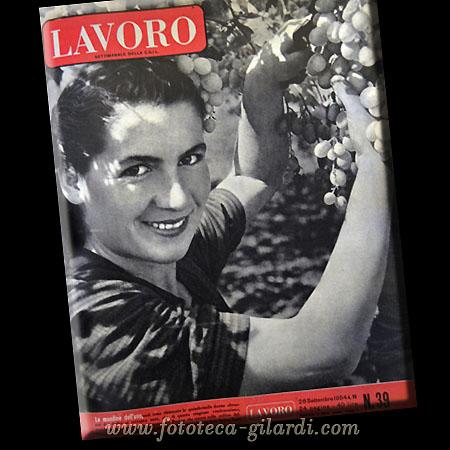 """copertina rivista Lavoro: 'Uva amara' - 'Le mondine dell'uva"""" fotoservizio di Ando Gilardi ©Fototeca Gilardi"""