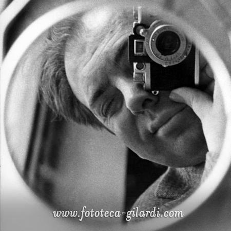 """Autoritratto di Ando Gilardi quando era un """"fotografo scalzo"""", 1957"""